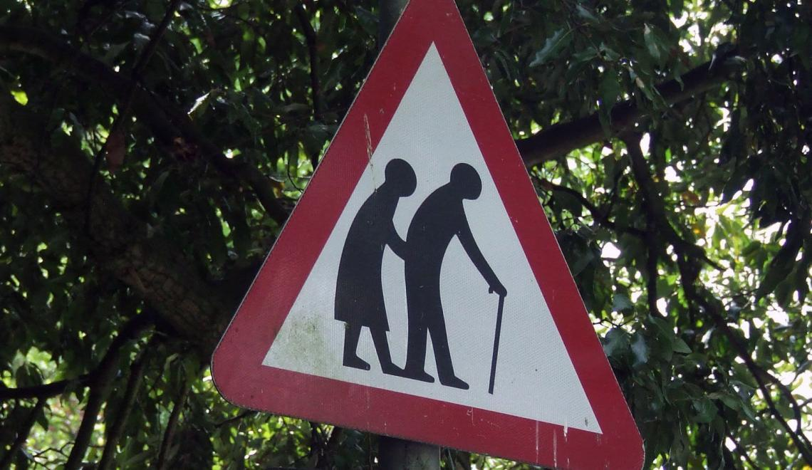 Gamle folk er farlige. Så farlige at det finnes fareskilt.