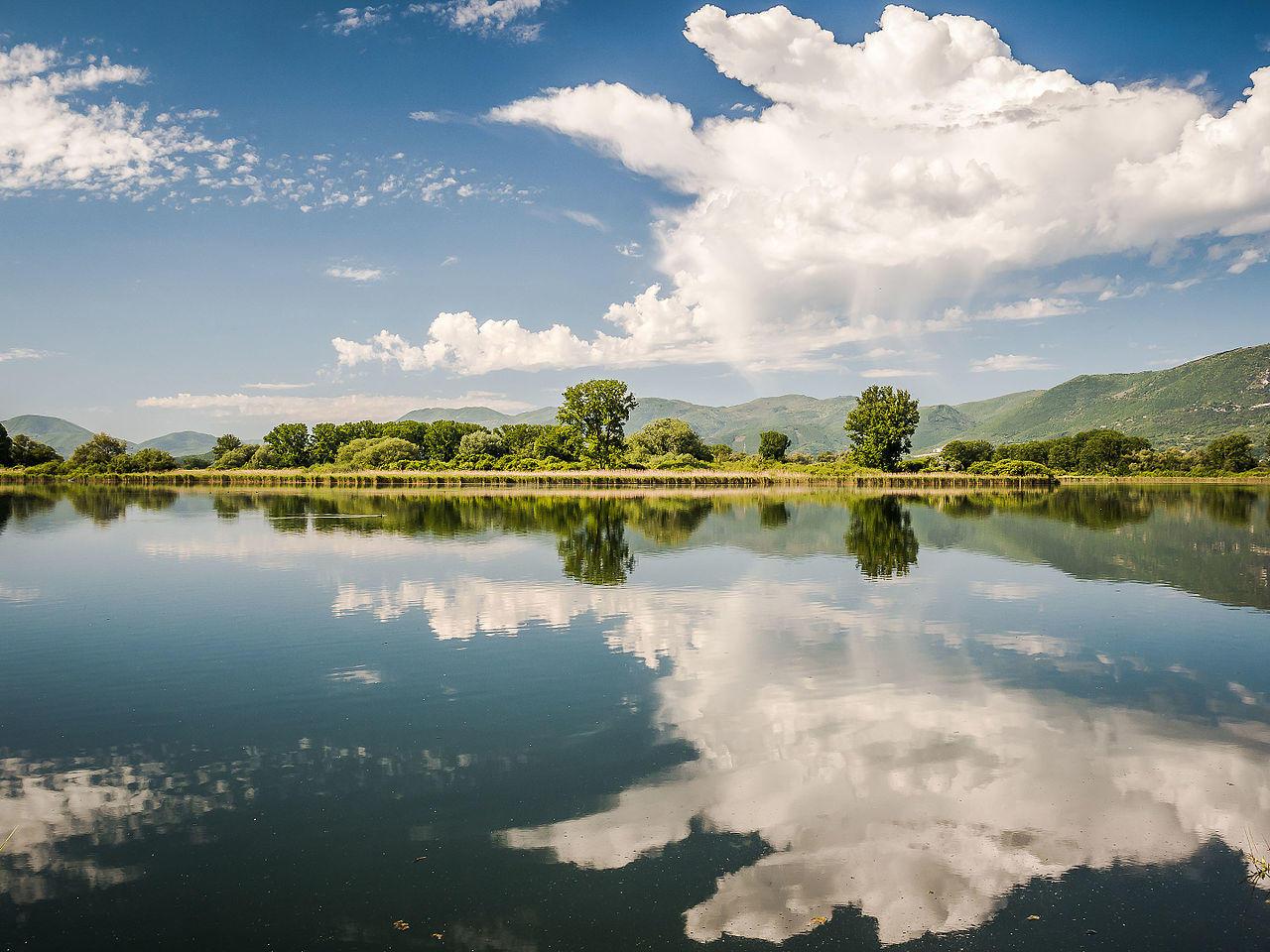 Il Lago Lungo, provinsen Rieti i regionen Lazio. Bildet er hentet fra Wikimedia.